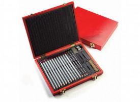 Svinčniki in oglje v leseni škatli